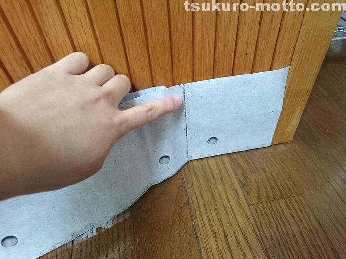 コンクリート柄のリメイクシートを貼っていく1