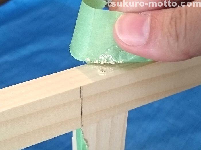 マスキングテープに木くずをくっつける