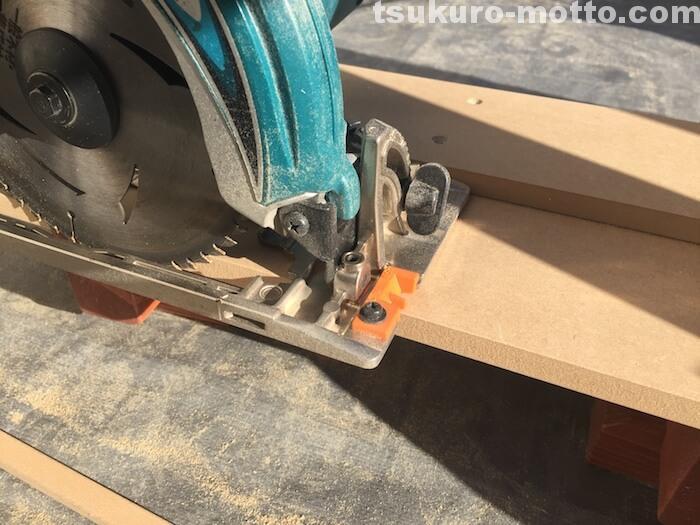 丸ノコガイド下部部材の切り出し2