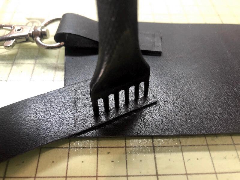 ナタ用革シースハンドメイド パーツ縫い付け3